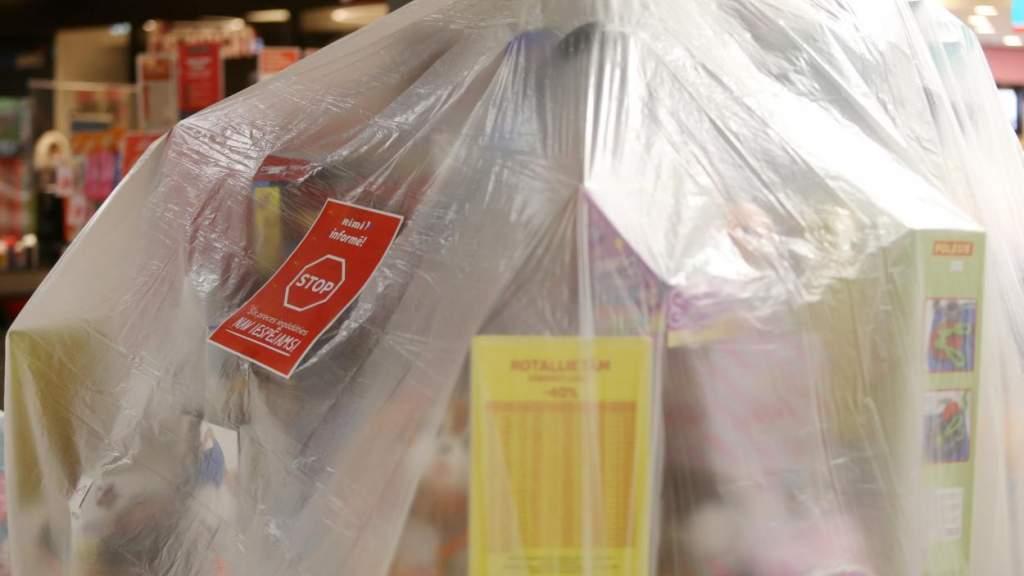 Латвийцы недовольны «запретом» на зимние товары. Правительство будет решать