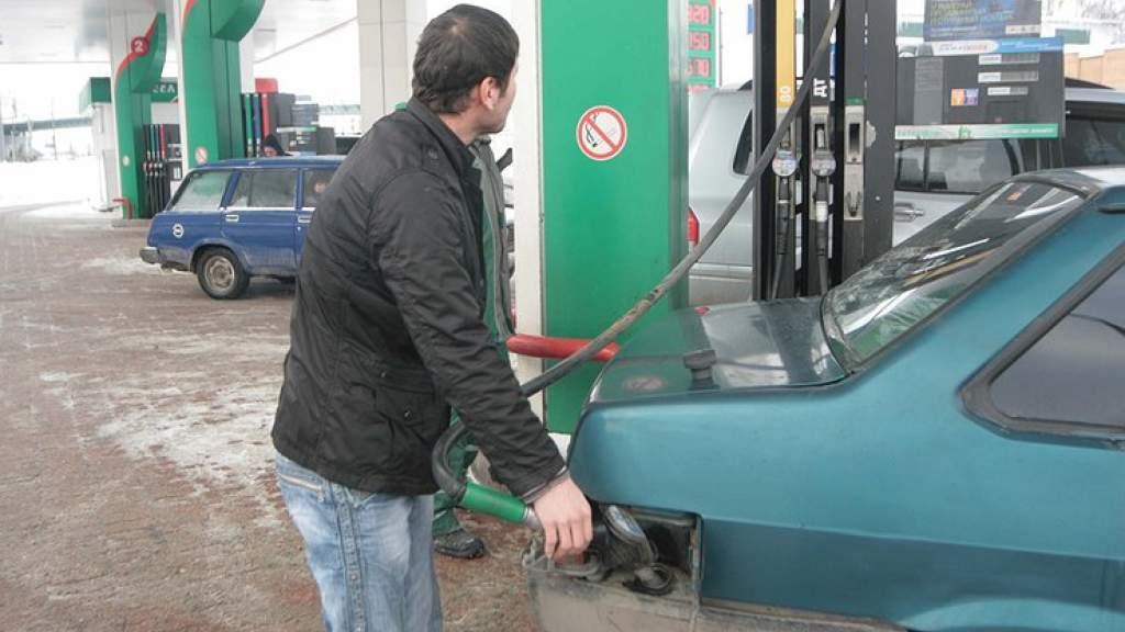 Зачем бывалые автовладельцы рекомендуют подливать ацетон в топливный бак машины