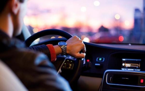 Опрос: 66% водителей в Эстонии пользуются телефоном за рулем