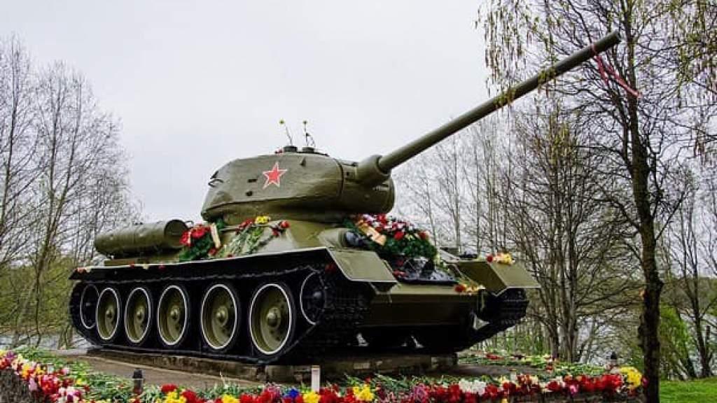 В Нарве осквернили памятник красноармейцам