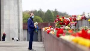 9maijs.lv призывает возлагать цветы не только у памятника Освободителям в Риге