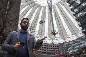 Co-Gründer Edoardo Stroppiana stellte AirSelfie am Sony Center in Berlin vor