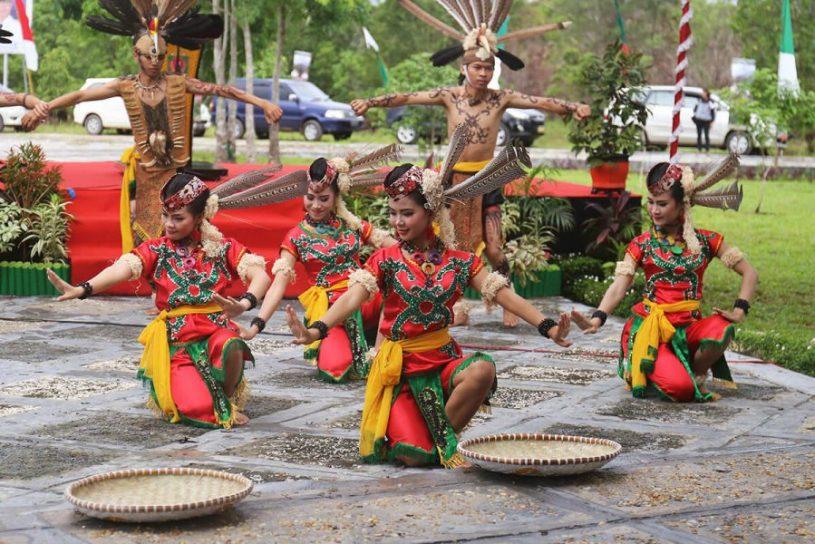 pengaruh letak geografi indonesia terhadap suku dan budaya