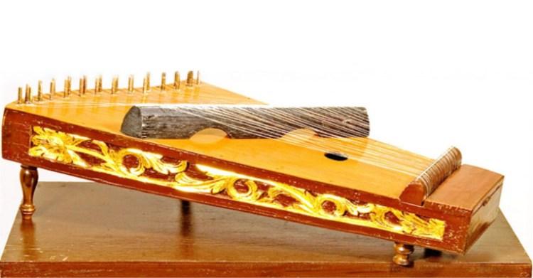 alat musik petik yang sering dimainkan