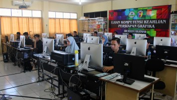 Foto Peserta didik desain grafika SMK Negeri 3 Balikpapan sedang mengikuti ujian kompetensi keahlian