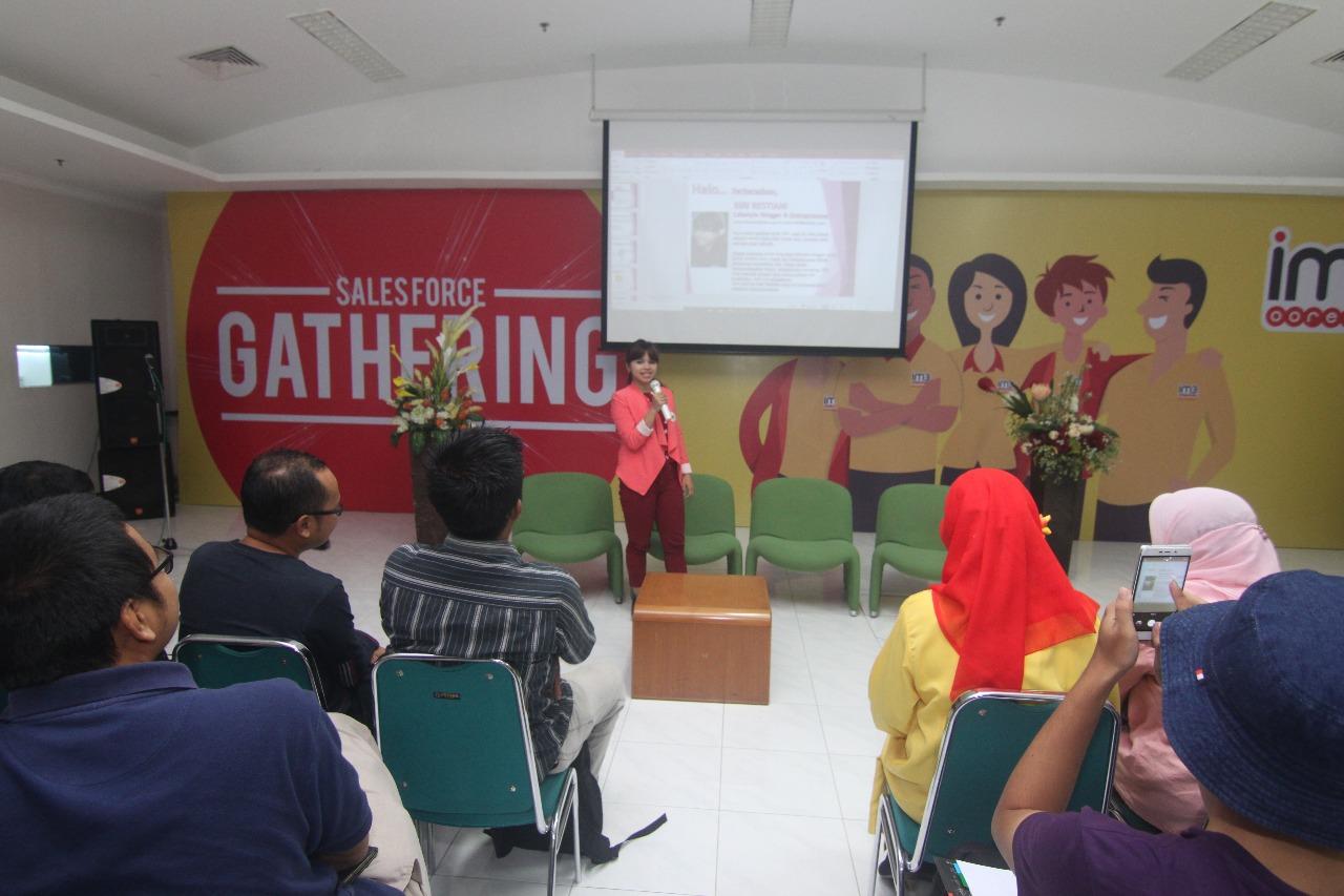 Sesi pertama workshop monetizasi blog diisi dengan Lifestyle Blogger dan Entrepreneur, disampaikan oleh mbak Riri Restiani.