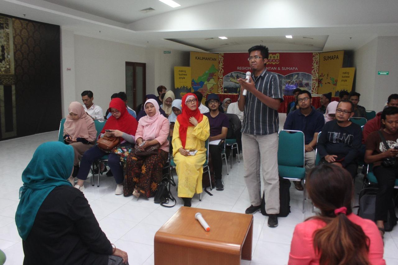 Para peserta workshop sangat antusias menyampaikan pertanyaan kepada kedua narasumber