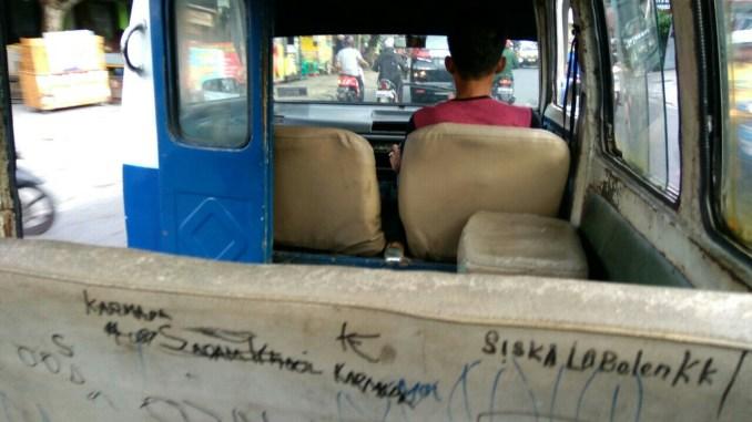 """Kondisi beberapa angkot Balikpapan yang telah """"sepuh"""" dan perlu dilakukan peremajaan demi kenyamanan penumpang."""