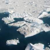 gletser di sisi barat dari greenland adalah sumber untuk sebagian besar mayoritas gunung es yang dibawa oleh arus laut ke dalam jalur pelayaran Atlantik Utara.