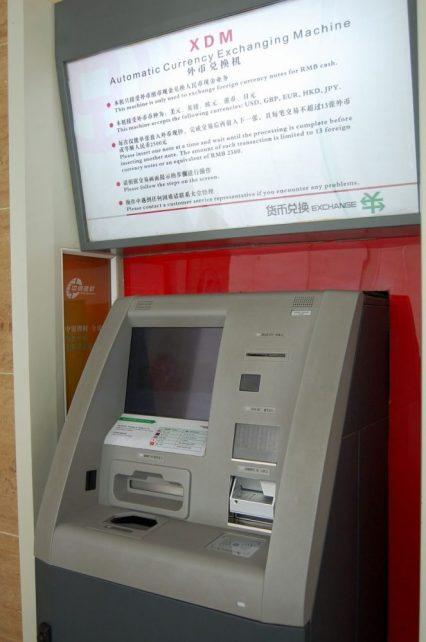 In China Geld wechseln an der Geldwechselmaschine