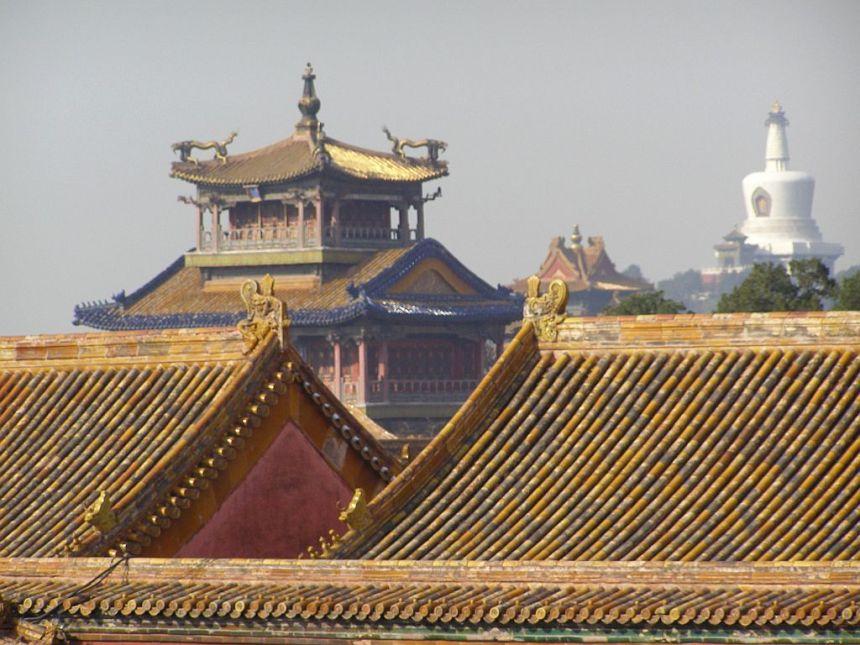 Die Dächer des Kaiserpalast strahlen in Gelbes in Peking mit Blick auf die Weiße Pagode im Beihai-Park