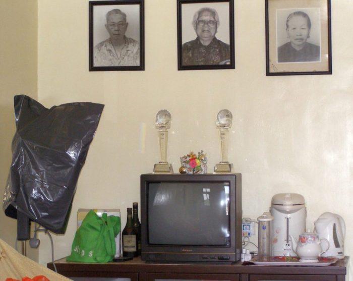 Sai Kung - Blick in ein Haus. Auch heute noch gibt es fast in jedem chinesischen Haushalt einen speziellen Platz für die Ahnenverehrung