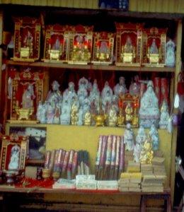 Buddhistische Devotionalien in einem Geschäft beim Wenshu Tempel