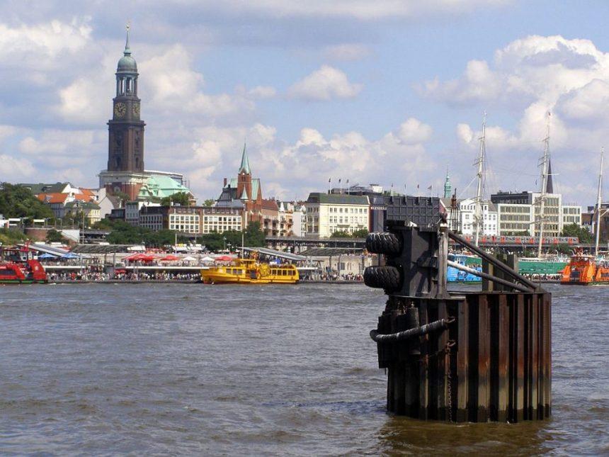 St Michaelis von der Elbe aus gesehen