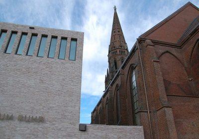 Übergang von Kirche und Musikhalle