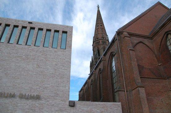 Übergang von Kirche und Konzerthaus der Bochumer Symphonie