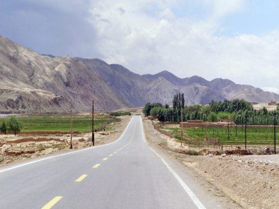Einsame Straße am Tianshan