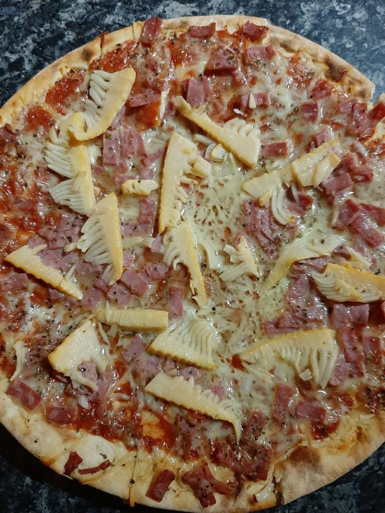 Pizza avec des pousses de bambou