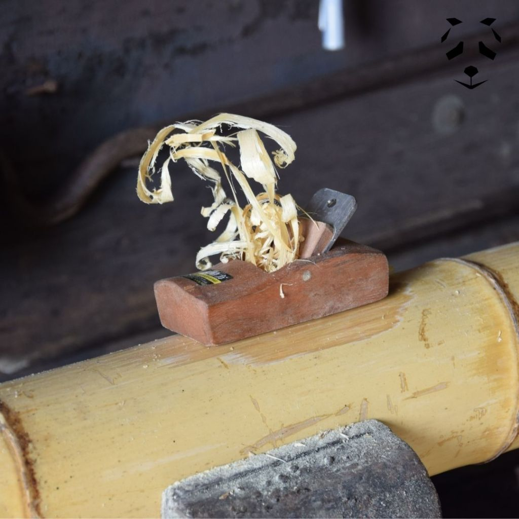 Lisser le bambou avec un rabot à main