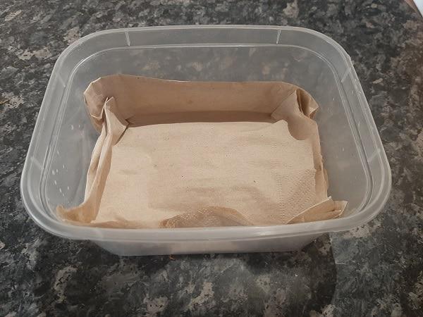 Mettre le tissu en papier dans une boite en plastique