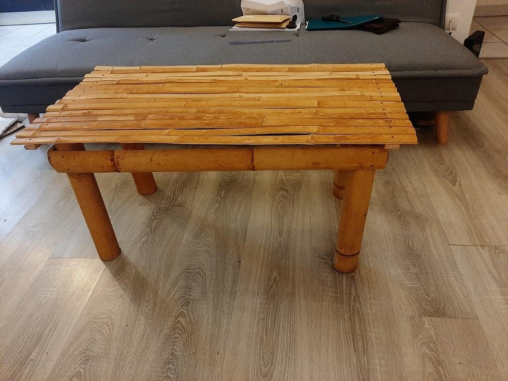 Table avec des lamelles de bambou