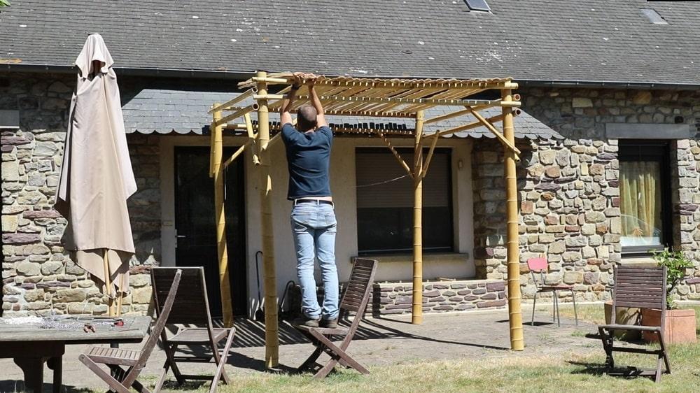 Mettre le toit de la pergola en bambou