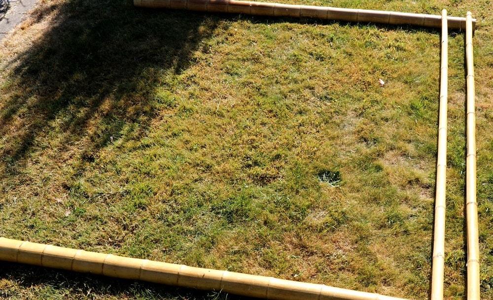 Positionner les tronçons de bambou sur le sol