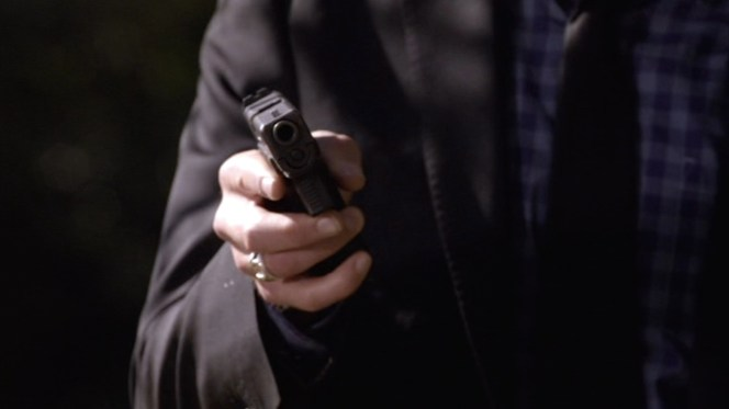 """The same scene from """"Fixer"""" gives us a close look at Raylan's Glock muzzle. The diameter of the bore looks more fitting for the Glock 17's 9 mm round than the slightly larger Glock 21 muzzle for the .45 ACP round."""