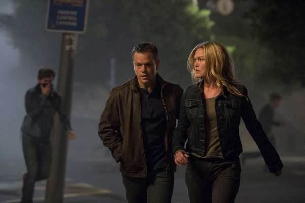 Production photo of Matt Damon and Julia Stiles in Jason Bourne.