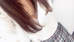 新橋いちゃキャバ・JK制服キャバクラ【ハイスクールbanana】 りさ 1/7胸元はだけ