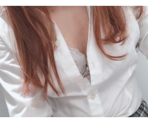 新橋いちゃキャバ・JK制服キャバクラ【ハイスクールbanana】 りさ 2/10胸元はだけ