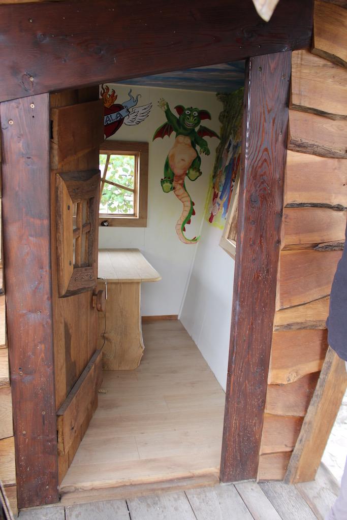 Hexenhaus Innenansicht mit Tisch