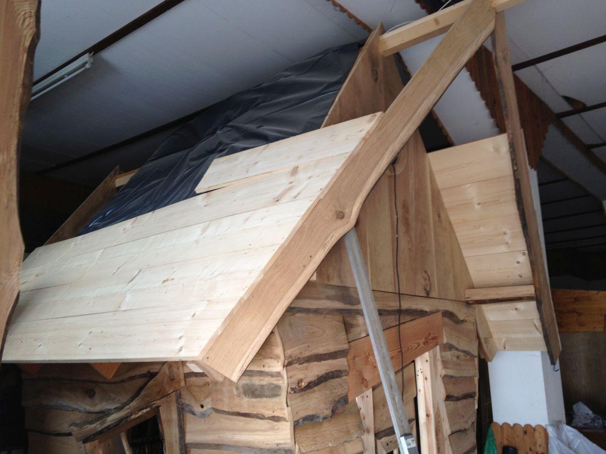 Dach des Hexenhaus mit Folie und ersten Latten