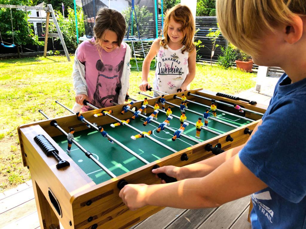 Kidds voll in Action beim Kinder Kickertisch spielen