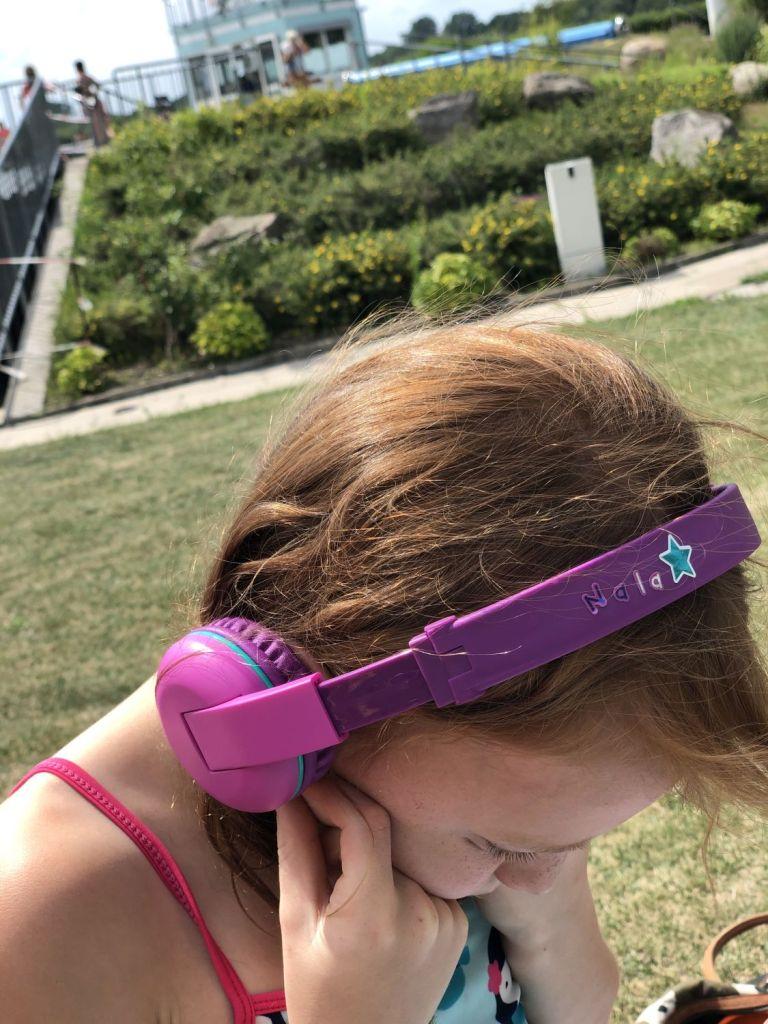 Nala trägt die SCOUT Buddyphones fertig Designed mit Ihrem Namen