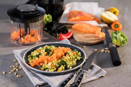 Lachstatar auf Brokkoli-Paprika-Salat