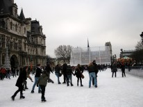 Skating at the Hôtel de Ville. Watching the skaters glide so freely made me wish I could skate. Some of the guys in the rink were really cute...^_^