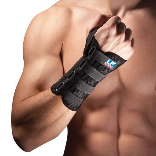 Håndledsbandagen 535 fra bandageshoppen.dk er nem at spænde stramt til