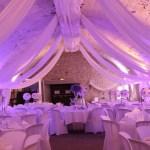 Habillage de salle de mariage avec des voilages.