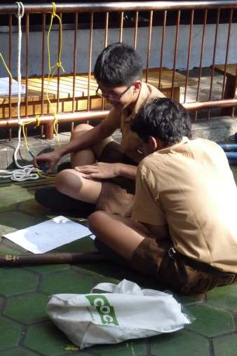 MG. Regu Harimau, sedang mengerjakan soal pengetahuan umum.