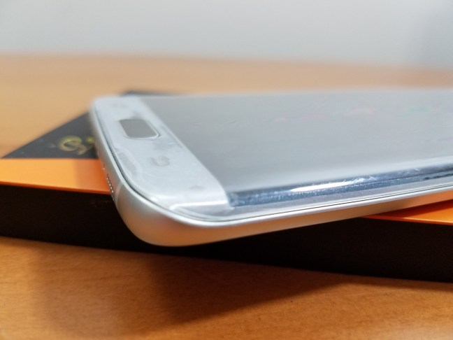 How to install a tempered glass screen protector on a Galaxy S7 Edge
