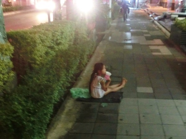 Thailand child girl-begging-in-