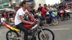 Dek wan (who are teenage motorcycle racers), plague the sois, highways and back alleys of Bangkok.