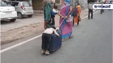 Photo of সুটকেসে উপর ঘুমিয়ে পড়া ক্লান্ত শিশুকে টেনে নিয়ে যাচ্ছেন শ্রমিক মা