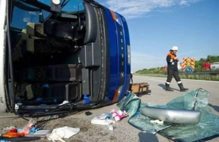 Accident grav pe A1, un microbuz a ieşit de pe carosabil şi s-a răsturnat, şase persoane rănite