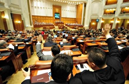 Zi decisivă pentru darea în plată. Legea a fost adoptată pe articole şi va intra la votul final, la ora 13.00