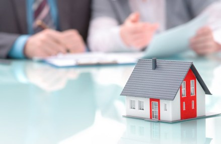 Ce se întâmplă cu programul Prima casă? Noua lege a fost promulgată în aprilie, dar nici până acum nu au apărut clarificările metodologice. Ponderea creditelor Prima casă a coborât sub 30% din ipotecarele noi în ultimul an. Guvernul pregăteşte reguli pentru clarificarea noii variante a programului