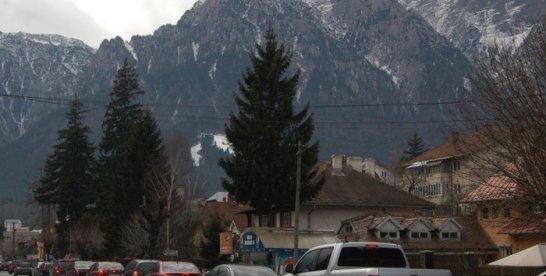 """Turiştii care au """"evadat"""" din Bucureşti la munte au găsit aglomeraţie ca-n Capitală"""