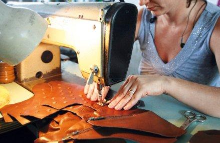 Cei mai mari 10 jucători din producţia de încălţăminte au angajat peste 500 de oameni în anul 2018. Liderul producţiei de pantofi din România realizează 60% din producţia a 20 de modele de bocanci pentru Decathlon. În top zece se găseşte şi fabrica Louis Vuitton