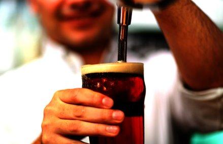Cheltuielile consumatorilor britanici rămân scăzute în pofida redeschiderii sectorului puburilor şi restaurantelor